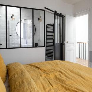 Foto de dormitorio principal, urbano, de tamaño medio, sin chimenea, con paredes azules, suelo de madera clara y suelo beige