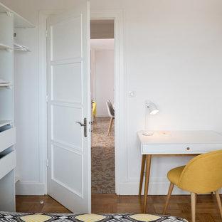 Diseño de dormitorio principal, escandinavo, de tamaño medio, sin chimenea, con paredes amarillas y suelo de madera en tonos medios