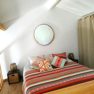 Imagen de dormitorio tipo loft, de tamaño medio, con paredes blancas, suelo de linóleo y suelo beige