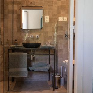 Aménagement d'une chambre parentale méditerranéenne de taille moyenne avec un mur bleu, un sol en bois clair et aucune cheminée.