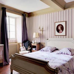 Идея дизайна: маленькая хозяйская спальня в классическом стиле с разноцветными стенами, полом из терракотовой плитки и оранжевым полом