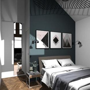 Imagen de dormitorio principal, clásico, de tamaño medio, sin chimenea, con paredes blancas, suelo de linóleo y suelo marrón