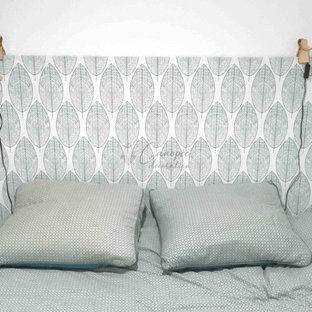 Modelo de dormitorio escandinavo, pequeño, sin chimenea, con paredes blancas, suelo vinílico y suelo gris