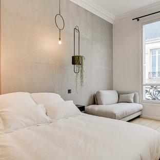 Idées déco pour une chambre contemporaine avec un sol en bois clair et un sol beige.