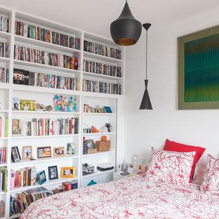 Cette photo montre une chambre chic avec un mur blanc.
