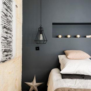 Imagen de dormitorio principal, escandinavo, de tamaño medio, sin chimenea, con paredes azules y suelo de madera clara