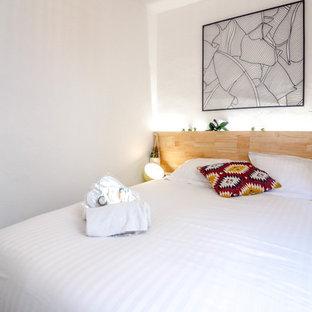 Idéer för ett litet modernt huvudsovrum, med vita väggar, linoleumgolv och grått golv