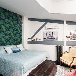 Aménagement d'une chambre parentale éclectique de taille moyenne avec un sol en carrelage de céramique, un sol noir et un mur vert.