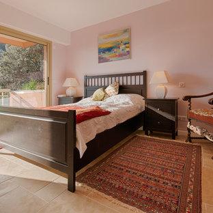 Идея дизайна: большая хозяйская спальня в стиле кантри с розовыми стенами, полом из известняка, печью-буржуйкой и фасадом камина из металла