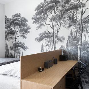 Foto de dormitorio nórdico, pequeño, con paredes negras, suelo de madera en tonos medios y suelo beige