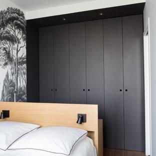 Imagen de dormitorio escandinavo, pequeño, con paredes negras, suelo de madera en tonos medios y suelo beige