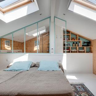 Ispirazione per una grande camera matrimoniale country con pareti bianche, pavimento in legno verniciato, nessun camino e pavimento bianco