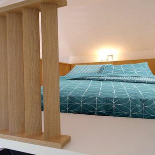 Идея дизайна: маленькая спальня на антресоли в скандинавском стиле с белыми стенами, деревянным полом и белым полом