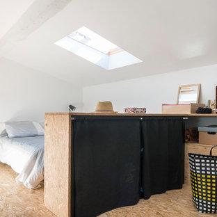 Idée de décoration pour une chambre nordique avec un mur blanc, un sol en contreplaqué et un sol beige.