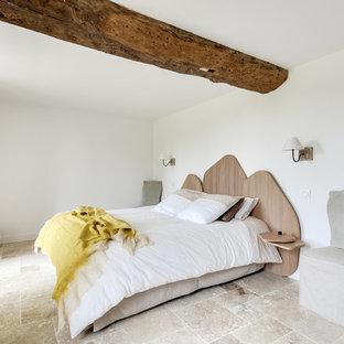 Idée de décoration pour une grand chambre parentale nordique avec un mur blanc, un sol en marbre et un sol beige.