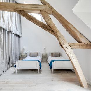 Aménagement d'une grand chambre parentale scandinave avec un mur blanc, un sol en bois clair et un sol blanc.