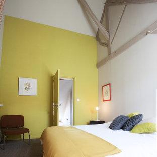 Imagen de habitación de invitados bohemia, de tamaño medio, con paredes amarillas