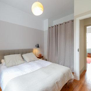 トゥールーズの中サイズのコンテンポラリースタイルのおしゃれな主寝室 (ピンクの壁、濃色無垢フローリング、茶色い床) のレイアウト