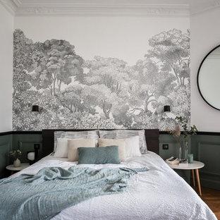 Esempio di una grande camera matrimoniale design con pareti verdi, parquet chiaro e pavimento marrone