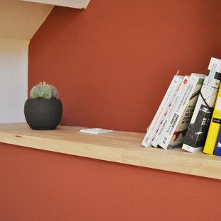 Неиссякаемый источник вдохновения для домашнего уюта: хозяйская спальня среднего размера в современном стиле с красными стенами и паркетным полом среднего тона без камина