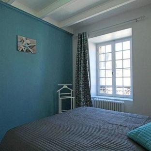 Imagen de dormitorio principal, marinero, de tamaño medio, sin chimenea, con paredes multicolor, suelo de linóleo y suelo gris