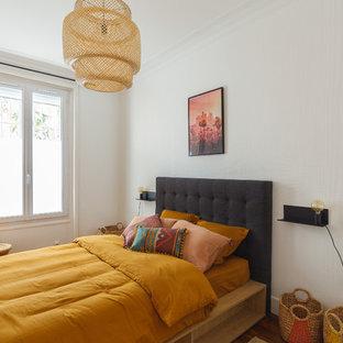 パリの中サイズのエクレクティックスタイルのおしゃれな主寝室 (白い壁、濃色無垢フローリング、茶色い床) のレイアウト
