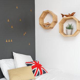 Inspiration pour une petit chambre nordique avec un mur multicolore, un sol en bois clair, aucune cheminée et un sol beige.