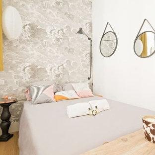 リヨンの小さいトロピカルスタイルのおしゃれな主寝室 (グレーの壁、淡色無垢フローリング、ベージュの床) のレイアウト