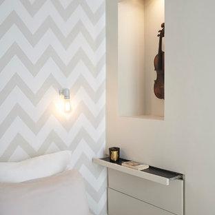 Imagen de dormitorio principal, contemporáneo, pequeño, con paredes beige y suelo de madera pintada