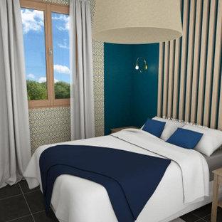 Diseño de habitación de invitados madera, minimalista, pequeña, con paredes azules, suelo de baldosas de cerámica, suelo gris y madera