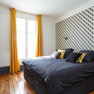 Inspiration pour une chambre d'amis design avec un mur blanc, un sol en bois brun et un sol marron.