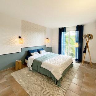 Foto de habitación de invitados papel pintado, costera, grande, sin chimenea, con paredes azules, suelo de baldosas de terracota, suelo beige y papel pintado