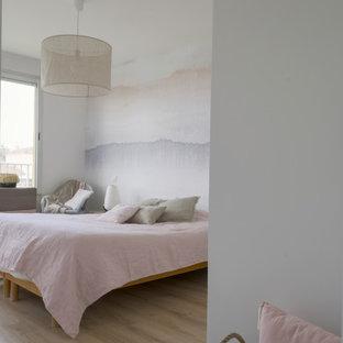 Imagen de dormitorio tradicional renovado, grande, con paredes blancas, suelo laminado y suelo marrón