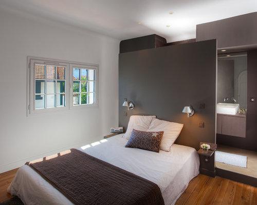 Chambre contemporaine avec un sol en bois brun : Photos et idées ...