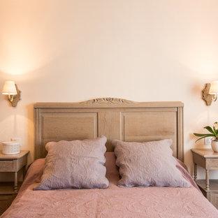 Réalisation d'une chambre d'amis champêtre de taille moyenne avec un mur blanc.