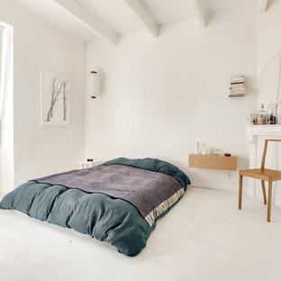 Idée de décoration pour une chambre design avec un mur blanc, un sol en bois peint et un sol blanc.