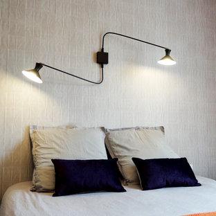 Cette image montre une chambre parentale design de taille moyenne avec un mur beige.