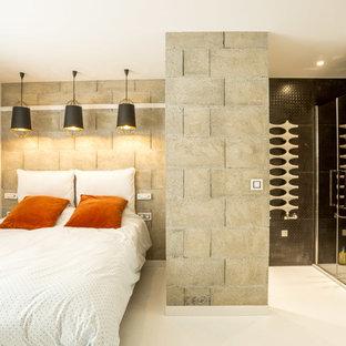 Idée de décoration pour une petite chambre d'amis design avec un mur gris, un sol blanc et béton au sol.