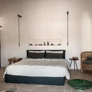 Foto di una camera matrimoniale mediterranea di medie dimensioni con pareti bianche, pavimento con piastrelle in ceramica e pavimento multicolore