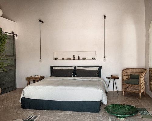 Camera da letto mediterranea con pavimento con piastrelle in