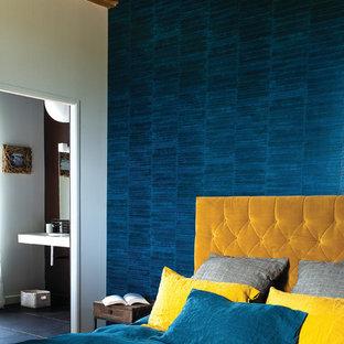 Inspiration pour une chambre parentale design de taille moyenne avec un mur bleu.