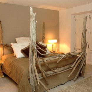 Réalisation d'une grand chambre bohème avec un mur beige.