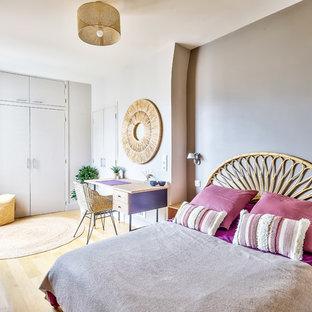 Mittelgroßes Modernes Hauptschlafzimmer ohne Kamin mit weißer Wandfarbe, hellem Holzboden und beigem Boden in Paris