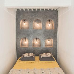 Cette image montre une petite chambre d'amis méditerranéenne avec un mur gris.