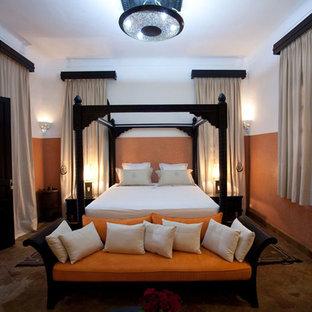 Идея дизайна: большая хозяйская спальня в средиземноморском стиле с бежевыми стенами и полом из терракотовой плитки без камина