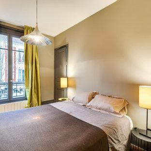 Ejemplo de dormitorio principal, actual, de tamaño medio, con paredes beige y suelo de madera en tonos medios