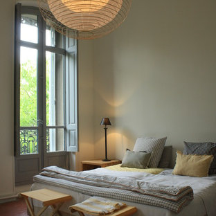 Immagine di una camera da letto nordica con pareti beige e pavimento beige