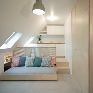 Inredning av ett modernt litet sovrum, med vita väggar och betonggolv