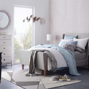 ロンドンの中くらいのトランジショナルスタイルのおしゃれな主寝室 (白い壁、セラミックタイルの床、暖炉なし) のレイアウト
