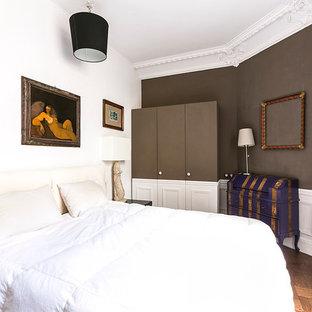 Aménagement d'une chambre parentale classique de taille moyenne avec un mur marron et un sol en bois brun.